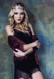 Młoda blond kobieta jest ubranym koronę w czarodziejskim luksusowym wnętrzu z pustymi antykwarskimi ramami sumuje bogactwo Zdjęcia Royalty Free