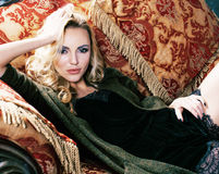Młoda blond kobieta jest ubranym koronę w czarodziejskim luksusowym wnętrzu z pustymi antykwarskimi ramami sumuje bogactwo, bogat Fotografia Royalty Free