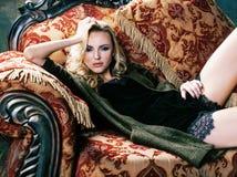 Młoda blond kobieta jest ubranym koronę w czarodziejskim luksusowym wnętrzu z pustymi antykwarskimi ramami sumuje bogactwo, bogat Fotografia Stock
