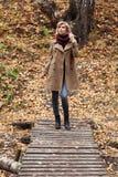 Młoda blond kobieta w jesień lesie Obraz Stock