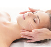 Młoda blond kobieta na kierowniczej masaż procedurze Obrazy Stock