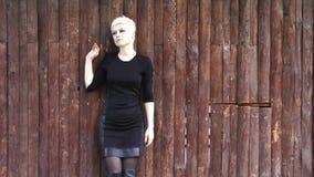 Młoda Blond kobieta w Naturalnym parku zbiory wideo