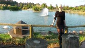 Młoda Blond kobieta w Naturalnym parku zdjęcie wideo