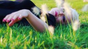 Młoda Blond kobieta w Naturalnym parku zbiory