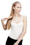 Młoda blond kobiety mienia grępla szczotkuje na bielu Obraz Stock