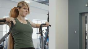 Młoda blondynka trenuje plecy na stażowym aparacie zdjęcie wideo