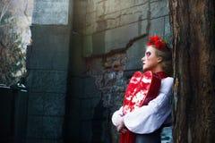 Młoda blondynki dziewczyna płacze krwiste łzy w cmentarzu Zdjęcie Royalty Free