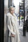 Młoda blondynki dziewczyna w futerkowym żakiecie pozuje blisko Oksfordzkiej ulicy Stree Obraz Royalty Free