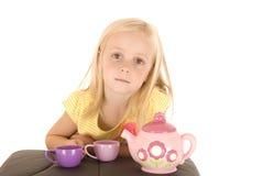 Młoda blondynki dziewczyna w koloru żółtego wierzchołku z fałdowymi rękami i chuchającym wierzchem Zdjęcia Royalty Free