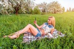 Młoda blondynki dziewczyna w parku zdjęcie royalty free