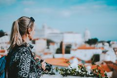 Młoda blondynki kobieta podziwia Lisbon pejzaż miejskiego Krajowy panteon i ręczniki Vincente de Dla A wchodziliśmy widok fotografia royalty free