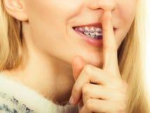 Młoda blondynki kobieta robi cisza gestowi obraz stock