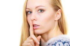 Młoda blondynki kobieta robi cisza gestowi zdjęcie stock