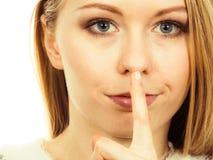 Młoda blondynki kobieta robi cisza gestowi zdjęcia stock