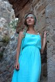 Młoda blondynki kobieta z galonowym słucha być ubranym turkus suknię fotografia royalty free