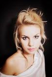 Młoda blondynki kobieta z piękną fryzurą Zdjęcia Stock