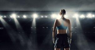 Młoda bokser kobieta przy pierścionkiem Mieszani środki obraz stock