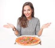 Młoda brunetka ma Włoskiego jedzenie zdjęcia royalty free