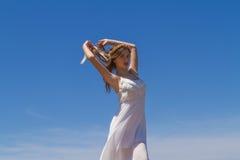 Młoda brunetka w białej błachej sukni Obrazy Royalty Free