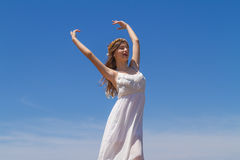 Młoda brunetka w białej błachej sukni cieszy się Zdjęcie Royalty Free