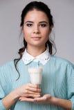Młoda brunetka z szkłem mleko fotografia royalty free