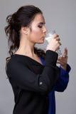 Młoda brunetka z szkłem mleko zdjęcie stock