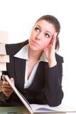 Młoda brunetka z trudem studiuje od książki Obraz Royalty Free