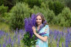 Młoda brunetki dziewczyny lupine łąka Zdjęcia Royalty Free