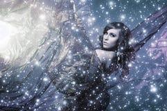 Młoda brunetki kobieta na śnieżnym jedwabniczym tle zdjęcie stock