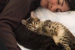 Młoda brunetki kobieta odpoczywa z ślicznymi figlarkami na łóżku Zdjęcia Royalty Free