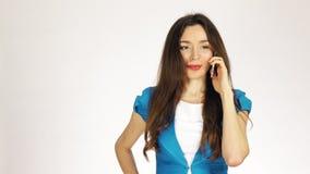 Młoda brunetki kobieta opowiada na jej telefonie komórkowym zbiory
