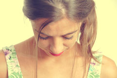 Młoda brunetki kobieta patrzeje downwards Obraz Royalty Free