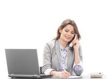 Młoda brunetki kobieta pracuje w biurze obrazy royalty free