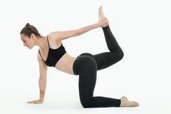 Młoda brunetki kobieta robi pilates ćwiczeniom odizolowywającym zdjęcie stock