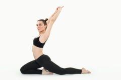 Młoda brunetki kobieta robi pilates ćwiczeniom odizolowywającym fotografia royalty free