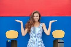 Młoda brunetki kobieta w świetle paskował białą błękit suknię ma zabawę przy boiskiem plenerowym Fotografia Royalty Free