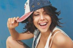 Młoda brunetki kobieta w nakrętce Zdjęcia Stock