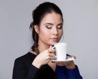 Młoda brunetki kobieta z filiżanką fotografia stock
