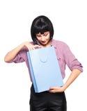 Młoda brunetki kobieta z torba na zakupy Obraz Royalty Free