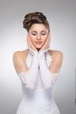 Młoda brunetki panna młoda w białej ślubnej sukni Zdjęcie Stock