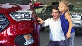 Młoda córka i ojciec jesteśmy trwanie jeden samochody blisko zbiory wideo