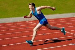 Młoda caucasian atleta biec sprintem na śladzie zdjęcia royalty free