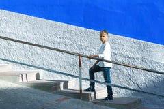 Młoda caucasian chłopiec chodzi w górę schodków outdoors fotografia stock