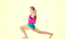 Młoda caucasian kobieta ćwiczy zdjęcia royalty free
