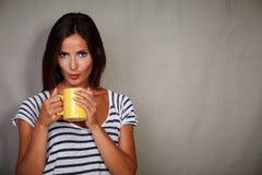 Młoda caucasian kobieta dmucha gorącego napój fotografia stock