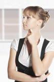 Młoda caucasian kobieta patrzeje z ukosa Zdjęcie Royalty Free