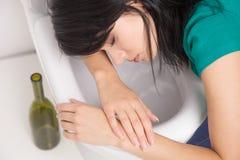 Młoda caucasian kobieta w toalecie - pijący pojęcie zdjęcie stock