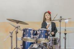 młoda caucasian nastoletnia dziewczyna bawić się bębeny dziewczyna bawić się bębenu set dziewczyna uczy się bawić się bębeny w mu Fotografia Royalty Free