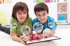 Młoda chłopiec accesing ogólnospołecznego networking zastosowanie Zdjęcia Royalty Free