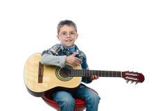 Młoda chłopiec bawić się gitarę Obrazy Royalty Free